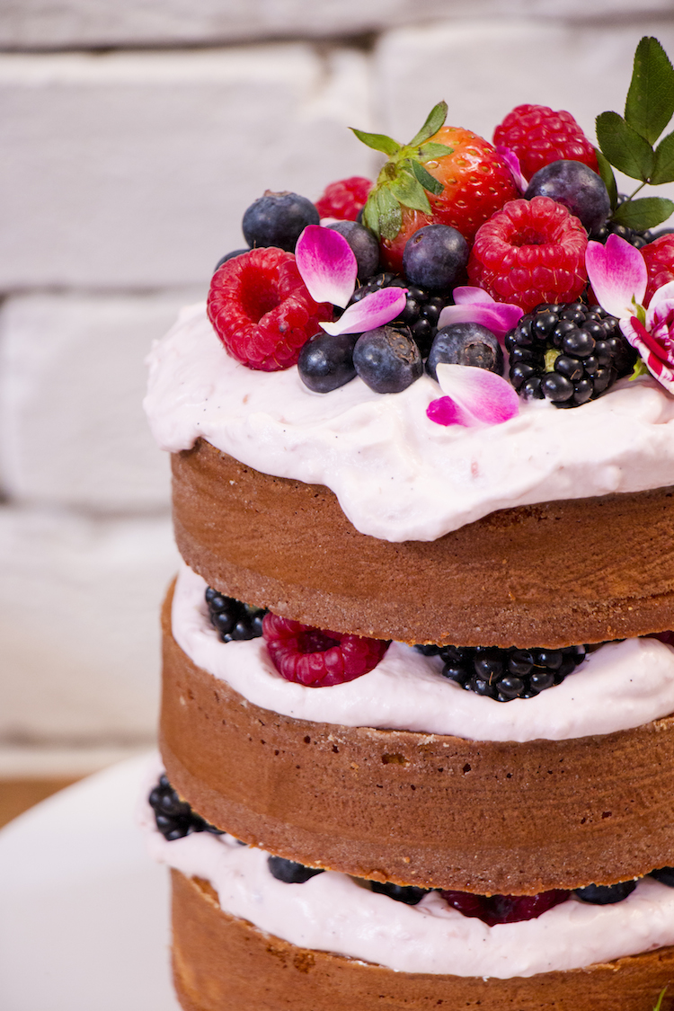 Naked de chocolate branco e morango: Faça um bolo festivo