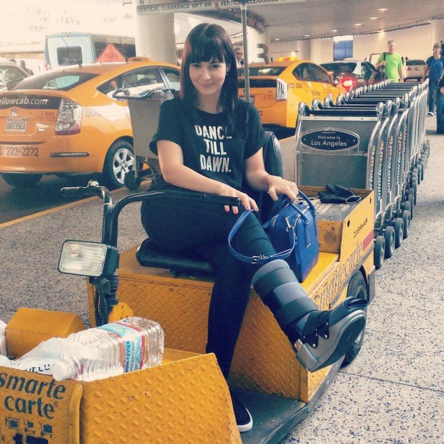 dani com botinha no carrinho amarelo