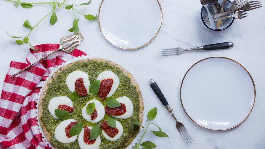 receita-como-fazer-pizza-pesto-molho-tomate-manjericao-mussarela-bufala-1