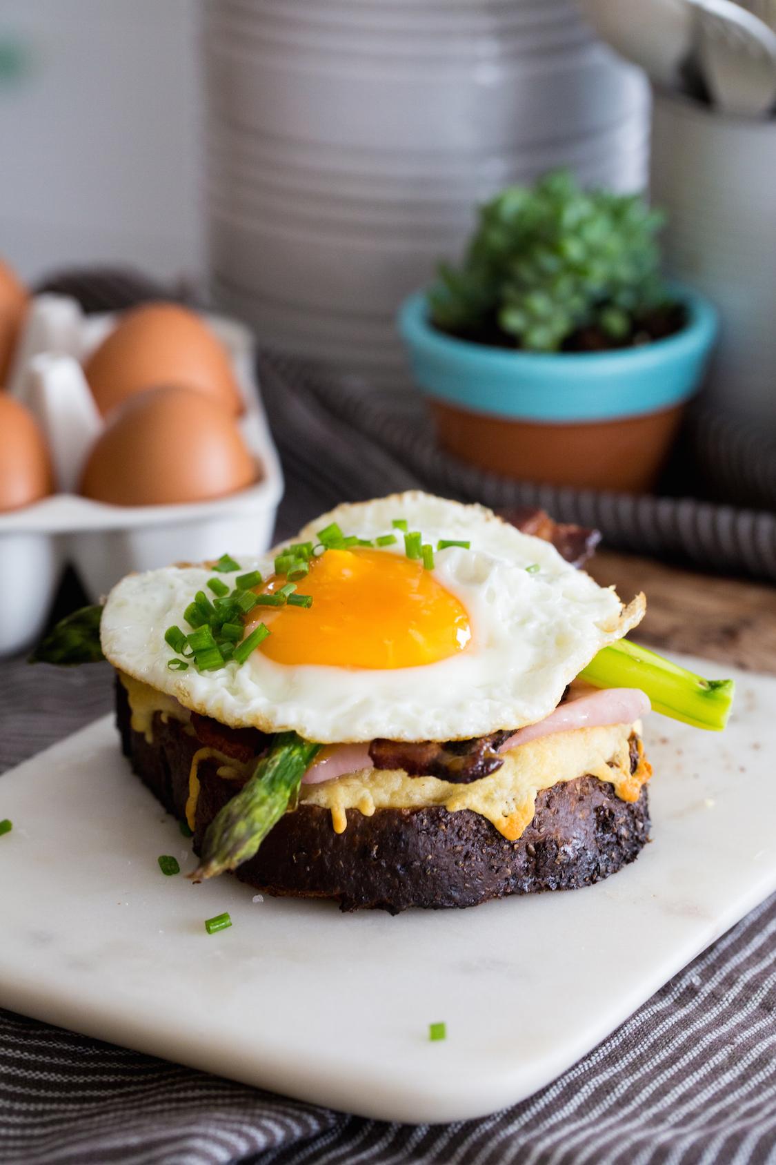 receita-tartine-americana-bacon-ovo-torrada-presunto-aspargos-dani-noce-3