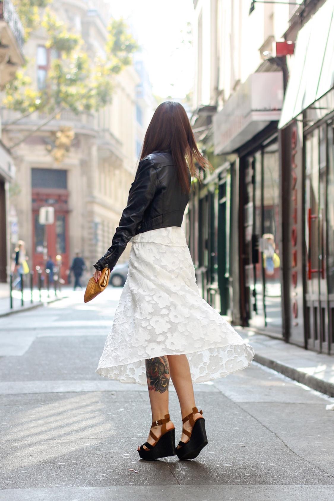 look-neutro-preto-e-branco-vestido-fluido-e-jaqueta-de-couro-dani-noce-10