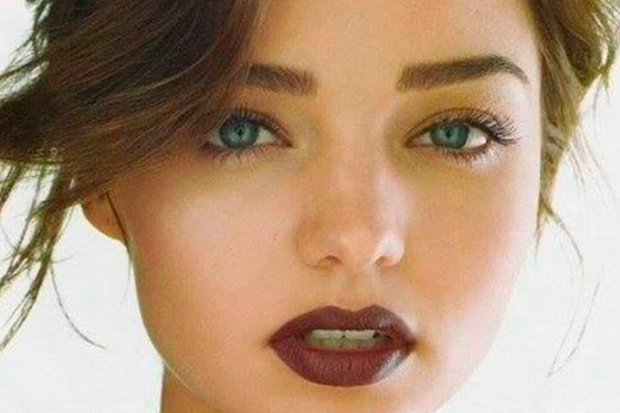 Produtos cosméticos realistas. um batom e um esmalte de