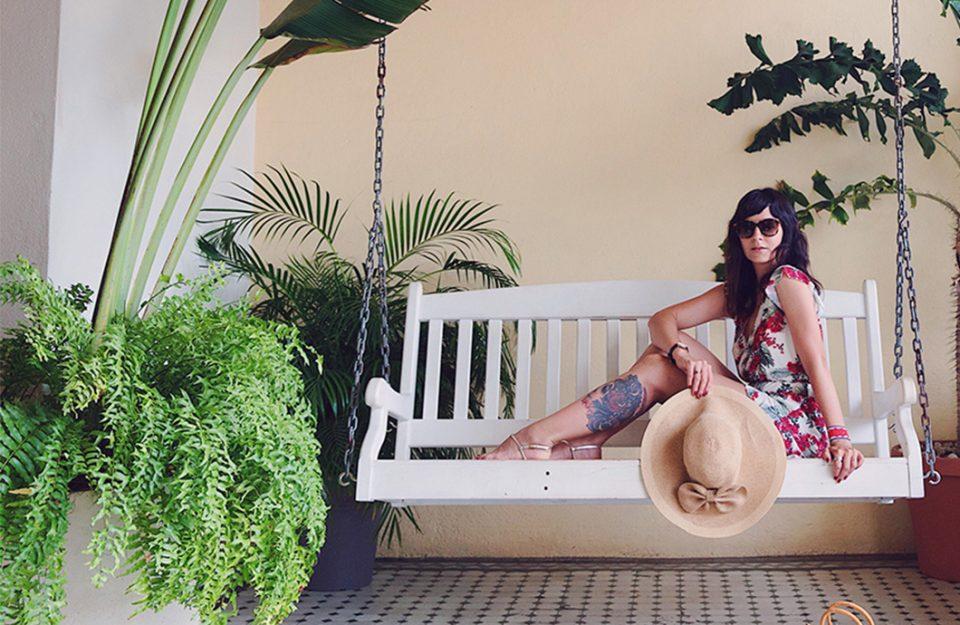 Estampa floral e bolsa de vime no Panamá