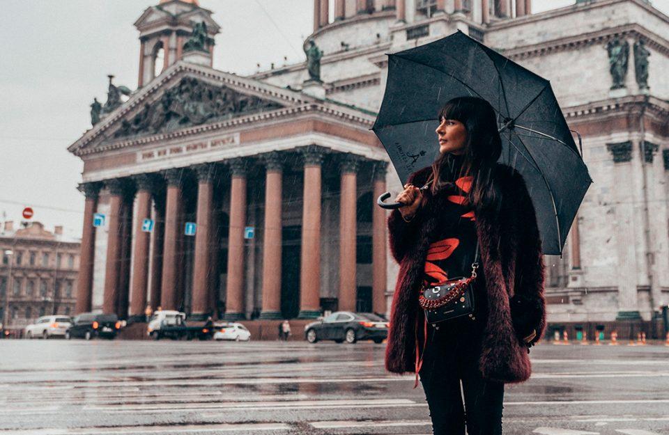 look-quentinho-com-mix-de-texturas-dani-noce-st-petersburgo-russia-imagem-destaque