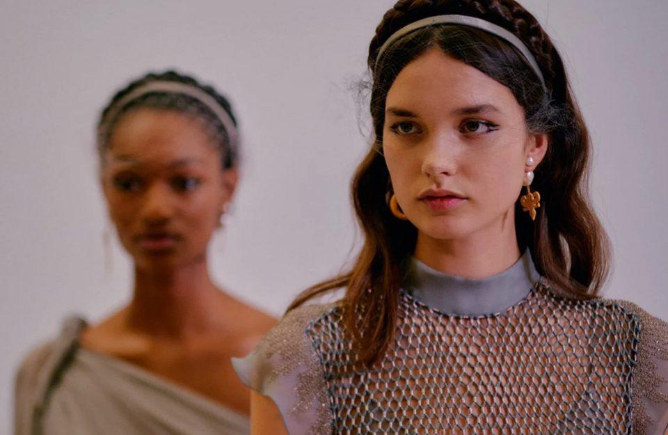 Metalizados e acessórios divertidos: o que marcou o 1º dia oficial da Paris Fashion Week 2020