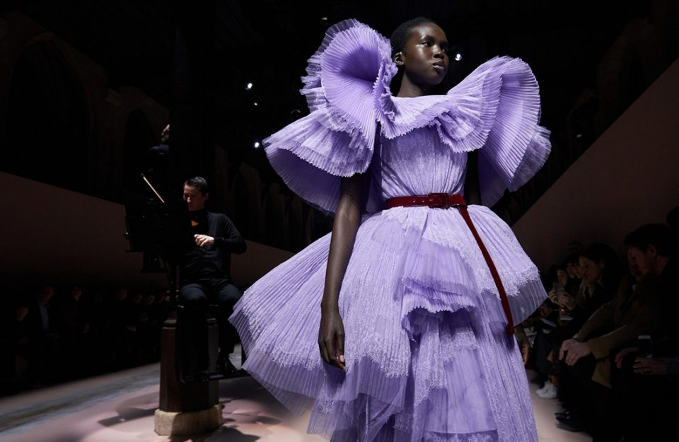 Cores neutras, muita textura e volume: O segundo dia da Paris Fashion Week 2020