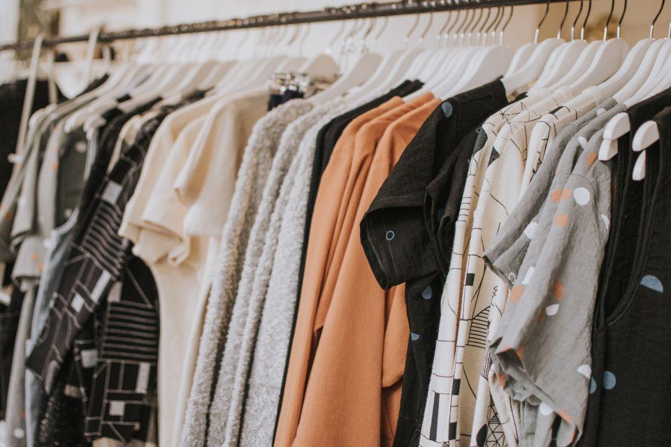 Organizar o guarda-roupa: como desapegar e renovar os looks