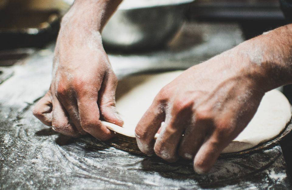 Como fazer pizza caseira: dos ingredientes à temperatura do forno