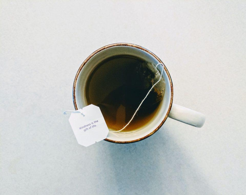 Chá de saquinho faz mal? As diferenças entre o chá de sachê e a granel