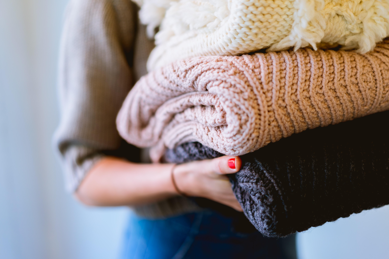 Como organizar o guarda-roupa: 9 dicas para deixar o dia mais prático