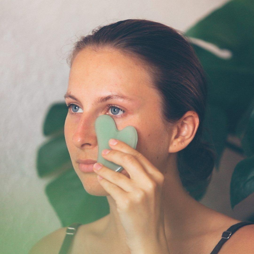 Gua Sha: massagem facial com pedras para acalmar e dar vida