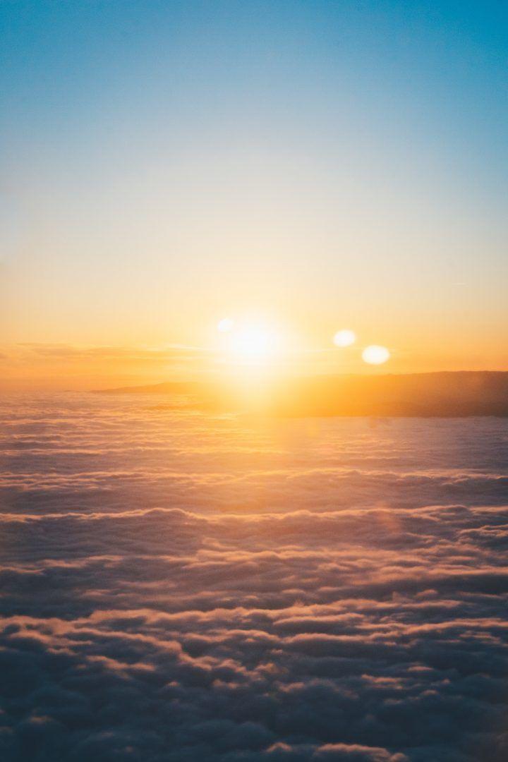 Saudação ao sol: energia e calma com práticas simples e poderosas
