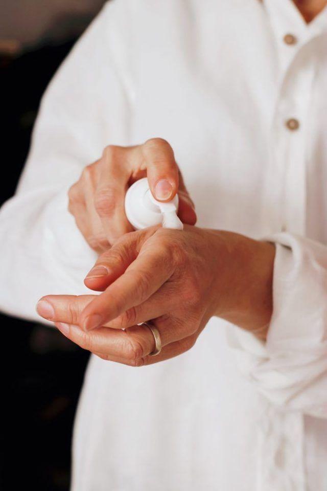 Hidratação das mãos: quais os benefícios, como cuidar e qual produto